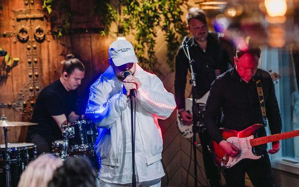 Pyhimyksen version Evelinan hitistä mykisti Satulinnassa esiintyvät artistit.