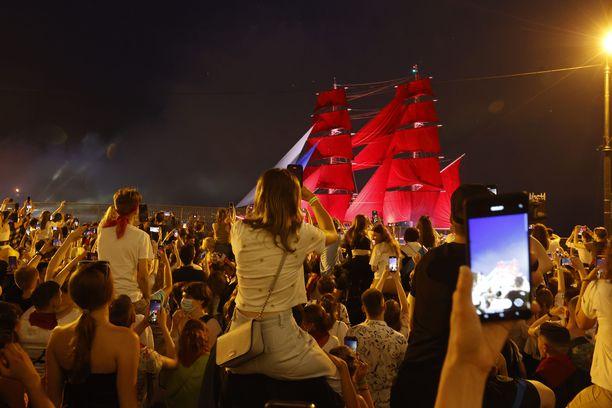 Koronatilanteesta huolimatta Pietarissa järjestettiin koulujen päättäjäisiin liittyviä juhlallisuuksia. Perinteisessä punaisten purjeiden juhlassa Rossija-fregatti seilasi Neva-joella lauantaina aamuyöllä.