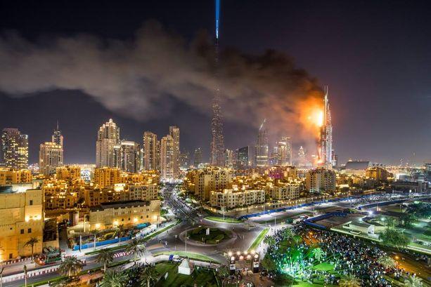 Voimakas tuuli veti savun ja liekit pois rakennuksesta. Se koitui todennäköisesti valokuvaaja Dennis Mallarin pelastukseksi.