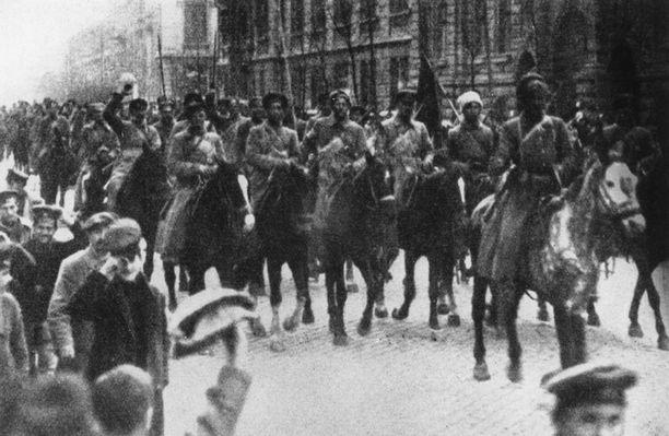 Voittoisa Puna-armeija marssii Ukrainan Odessaan vuonna 1920.