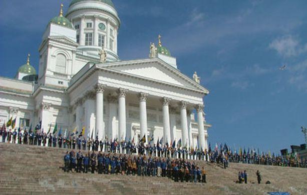 Partiolaiset täyttivät Senaatintorin ja Tuomiokirkon portaat sunnuntaina päivällä.
