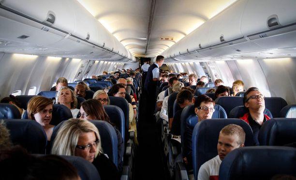 Matkustamomiehistön asiakaspalvelutaidot joutuvat toisinaan koetukselle.