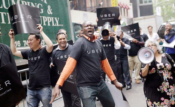 Uberin kuskit tukijoineen osoittavat mieltänsä taksiyrittäjien liittoa vastaan New Yorkissa. Uber työllistää 26 000 kuskia kaupungissa.