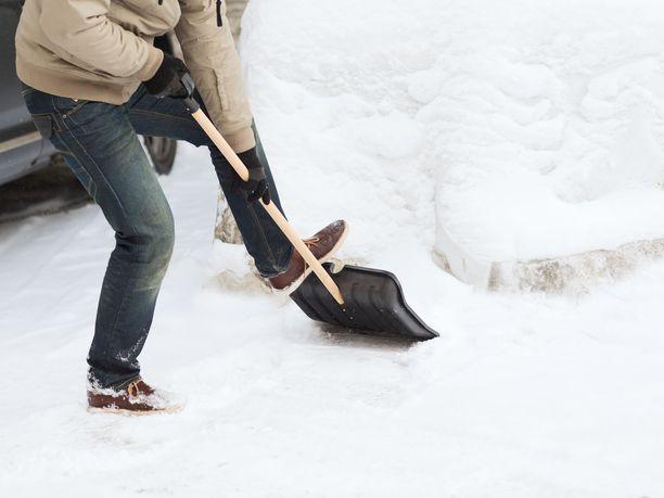 Maan keskiosissa voi sunnuntaina joutua tarttumaan lumilapioon. Kuvituskuva.