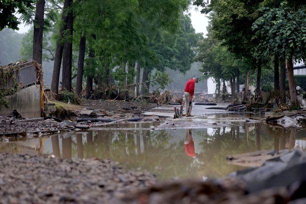 Mies seisoo veden vaurioittamalla tiellä Saksan Ahrweilerin piirikunnassa sijaitsevassa Bad Neuenahin kaupungissa. Alue kärsi valtavia tuhoja tulvien vuoksi.
