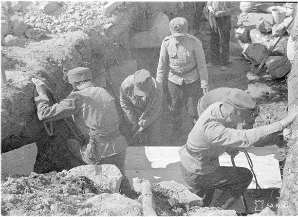 Kaatunutta haudataan Ilomantissa sodan aikana.