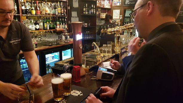 Jussi Niinistö tilasi itselleen ja avustajalleen oluen lisäksi jallut. Jallua juotiin myös silloin, kun siniset irtautuivat perussuomalaisista. Niinistön mukaan ympyrä sulkeutui.