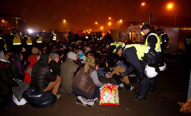 Poliisit tulivat hajottamaan laitonta turvapaikanhakijoiden leiriä Malmössä tiistaina.