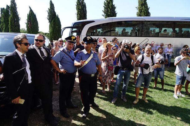 Häähässäkkä pahimmillaan. Paikalla oli turvamiehiä, paparazzeja, karabinieereja, turisteja sekä kaksi bussillista häävieraita.