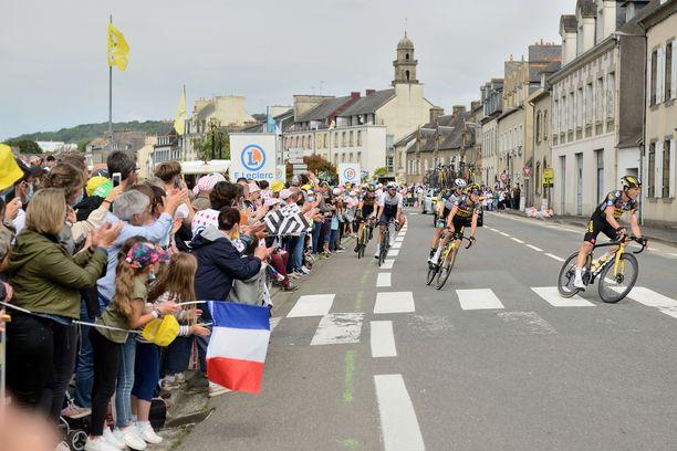 Tour de France on käynnissä. Katsojat pääsivät avauspätkällä liian lähelle pyöräilijöitä.
