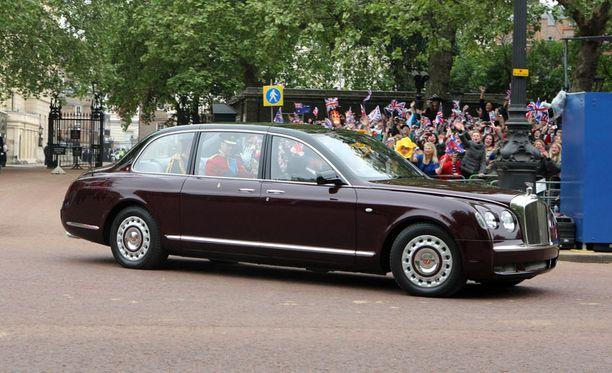 Prinssi Williams saapui Westminster Abbeyhin Bentleyllä.