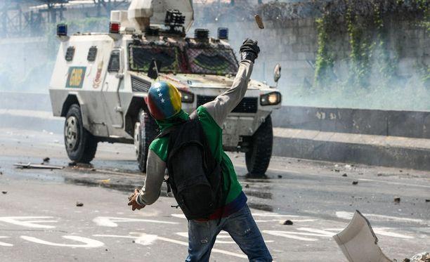 Mielenosoittajat heittelevät poliiseja päin nyt kivien lisäksi myös ulosteita.