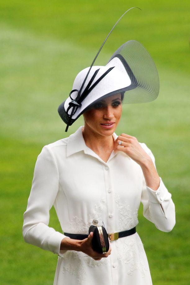 Hatuistaan kuulussa Ascotin laukkakilpailussa Meghan nähtiin klassisen tyylikkäänä.