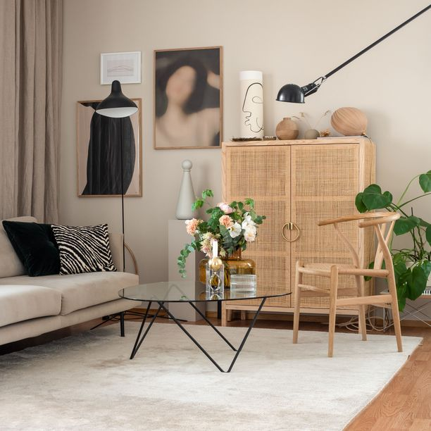 73 neliön kerrostalohuoneisto on kokenut kahdessa vuodessa muodonmuutoksen. Valkoiset seinät saivat pehmeämmän sävyn ja kertaostoksena sisustusjätiltä hankitut huonekalut vaihtuivat yksi kerrallaan designiin.