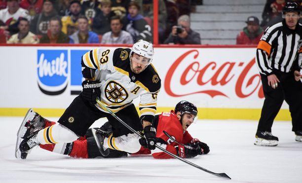Boston Bruinsin Brad Marchand (63) taisteli maanantaina Ottawa Senatorsin Dylan Demelon kanssa.