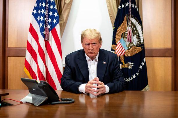 Valkoisen talon julkaisemassa kuvassa nähdään USA:n presidentti Donald Trump keskustelemassa puhelimitse varapresidentti Mike Pencen kanssa sairaalan konferenssihuoneesta käsin sunnuntaina.