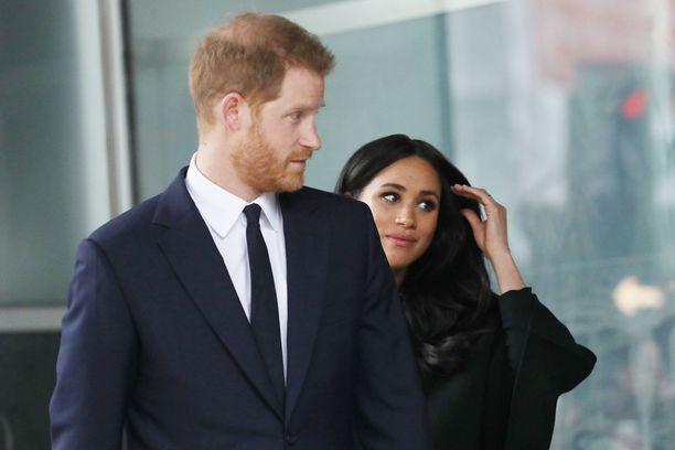 Kehonkielen asiantuntija on huomannut, että Meghan sivelee usein hiuksiaan tuntiessaan olonsa epävarmaksi. Vierellä prinssi Harry.