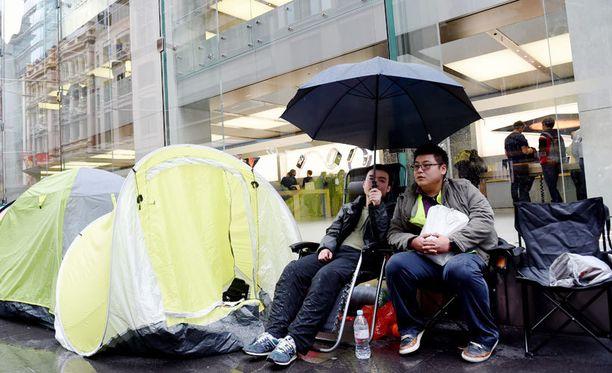 Uuden iPhonen jonottajia Australian Sydneyssä.