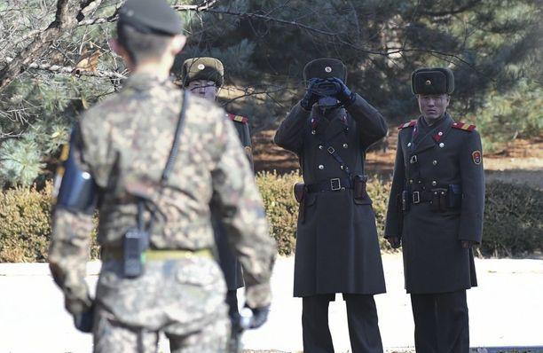 Pohjois-Korean rajavartijat katselivat kiikareihin Etelä-Korean puolustusministerin vieraillessa maanantaina rajan läheisyydessä.