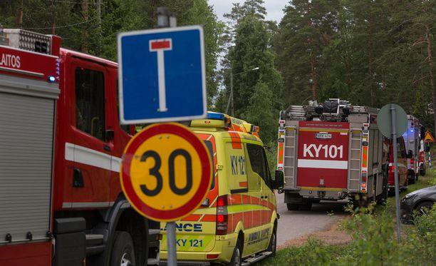 Paikalle hälytettiin pelastuslaitoksen yksiköitä neljältä paloasemalta Kotkasta ja Pyhtäältä.