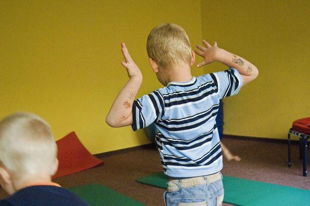 Vanhempia lapsia haastateltiin useita kertoja lasten ja nuorten oikeuspsykiatrisella osastolla. Kuvituskuva, jossa 5-vuotias poika osallistuu psykiatriseen terapiaan.