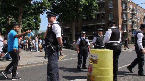 Vapaaehtoiset auttajat jakoivat vettä poliisin seuratessa tilannetta.