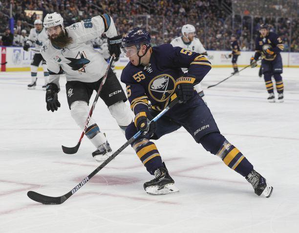 San Jose Sharksin superpakki Brent Burns sai ihastella lähietäisyydeltä Rasmus Ristolaisen nykyvirettä.
