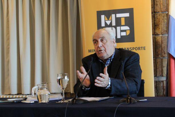Liikenneministeri Víctor Rossi kertoi tiedotusvälineille hallituksen rautatiehankkeen etenemisestä elokuussa.