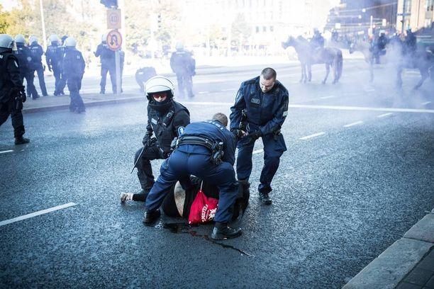Kaivokadulla poliisi otti kiinni kaksi poliisiautoja potkinutta rasismin vastustajaa.