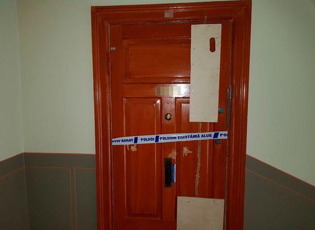 Murhasta epäillyn miehen kotiovi oli parsittu kasaan vanerilevyillä ja ruuveilla. Mies ampui oven läpi.