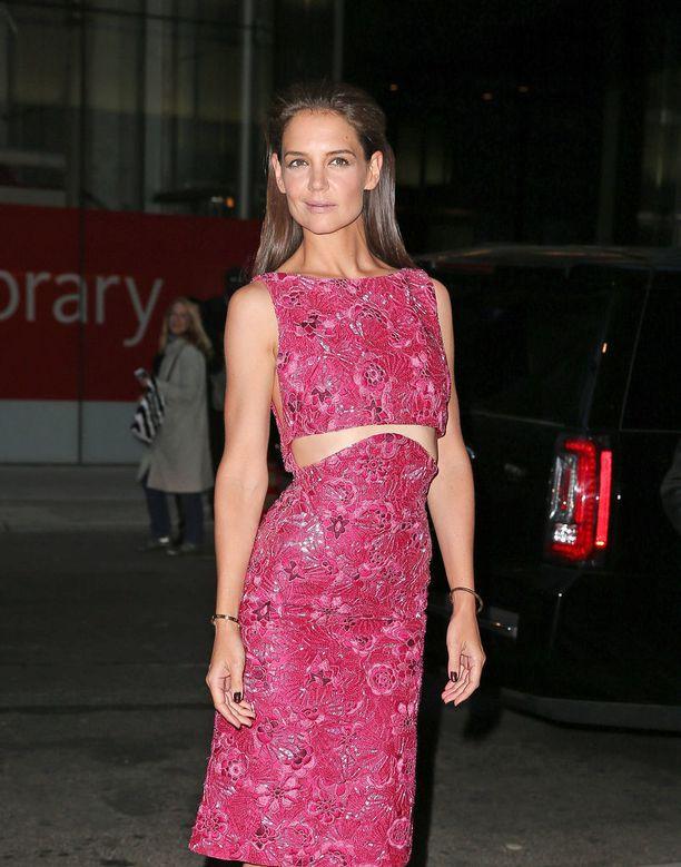 Katie Holmesilla on tytär Suri entisen aviomiehensä Tom Cruisen kanssa. Tänä vuonna Holmes on nähty Ocean's 8 -elokuvassa pienessä roolissa.