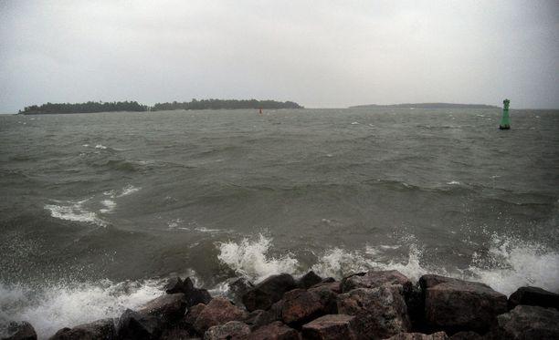Merialueilla on juhannusaattona kovaa tuulta ja korkeita aaltoja.