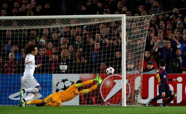 Lionel Messi ehti palloon ensin PSG:n David Luizia ja maalivahti Salvatore Sirigua.