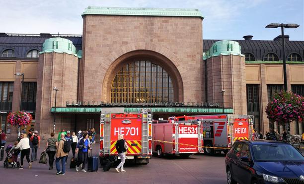 Paloautoja Helsingin rautatieaseman edustalla iltapäivällä.