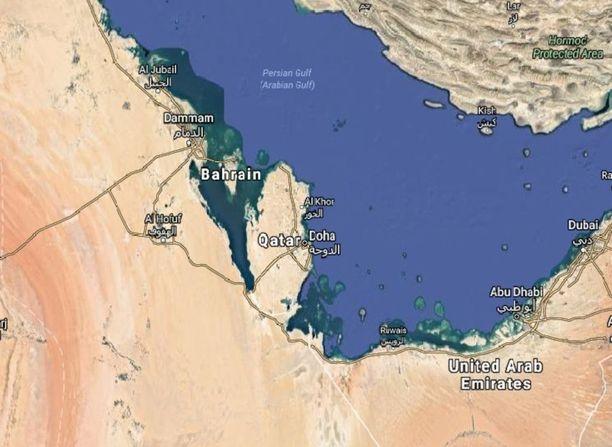 Qatarin ainoa raja on Saudi-Arabian kanssa. Ilmatilassa ei ole suoraa yhteyttä Iraniin, vaan Bahrainin ilmatila jää maiden väliin.