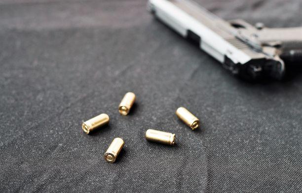 Luvaton ase, sen lippaat ja patruunat määrättiin valtiolle menetetyiksi. Arkistokuva, kuvan pistooli ei ole teossa käytetty ase.