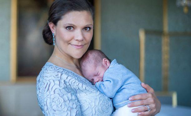 Kruununprinsessa Victoria on hoitanut vajaan kuukauden ajan kuopustaan prinssi Oscaria kotona. Nyt Victoria keskeyttää äitiyslomansa.