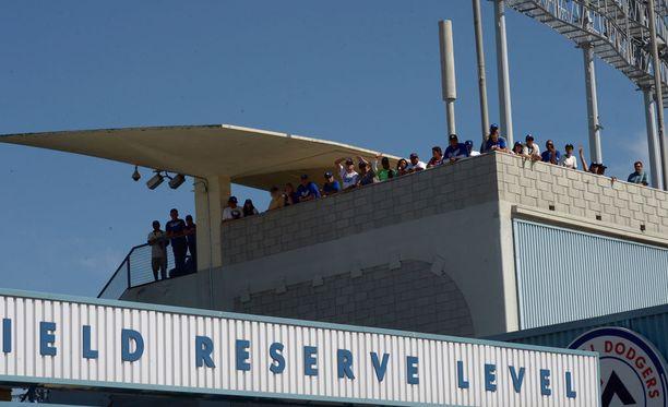 Katsoja loukkaantui harhaluodista Dodger Stadiumilla St. Louisissa.