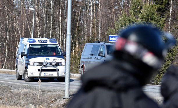 Mopopojat ihmettelivät poliisioperaatiota Oulunsalossa.