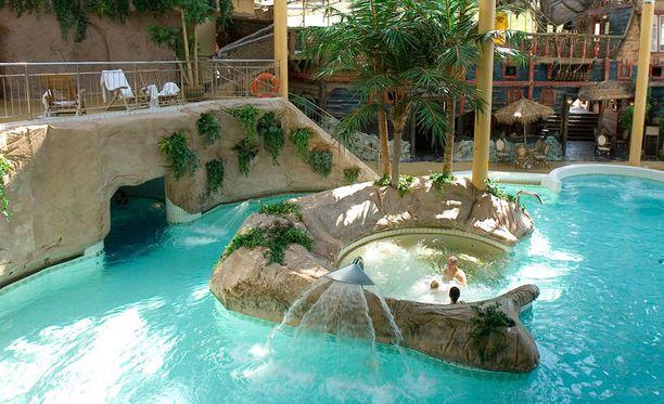 Tanssimusiikkibileet järjestettiin turkulaisessa kylpylähotelli Caribiassa.
