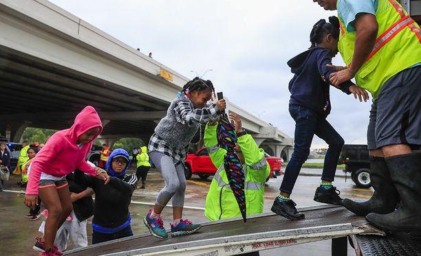 Pelastustyöntekijät auttamassa lapsia Texasissa.