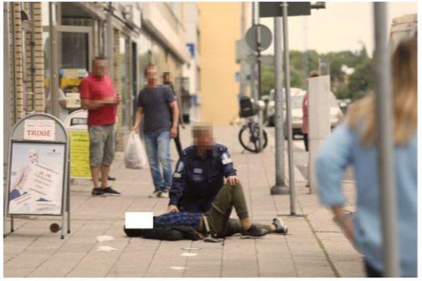 Abderrahman Bouanane kiinni otettuna. Poliisi pysäytti hyökkäyksen ampumalla Bouananea jalkaan.