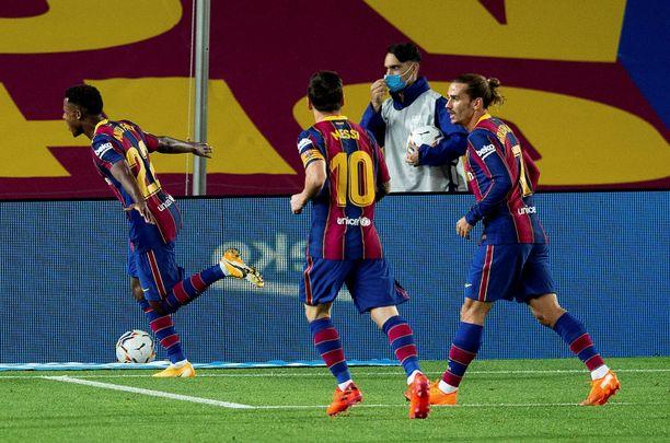 Lionel Messi ja Antoine Griezmann liittyivät juhlimaan Ansu Fatin onnistuttua maalinteossa.