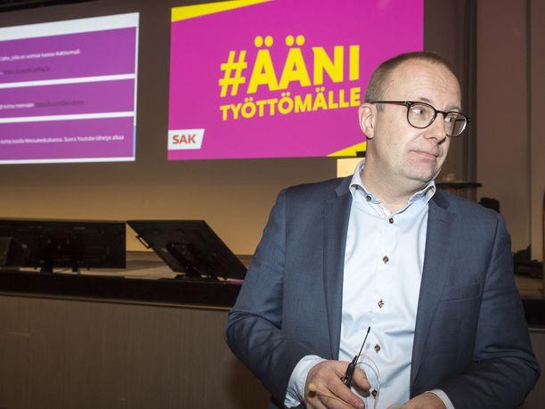 SAK:n Jarkko Eloranta vakuuttaa ammattiliittojen jatkavan hallituksen irtisanomislain vastustamista keskiviikon eduskuntaäänestyksenkin jälkeen.
