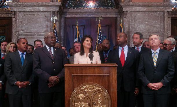 Nikki Haley sanoi tiedotustilaisuudessa kannattavansa lipun poistoa parlamenttitalon edustalta.