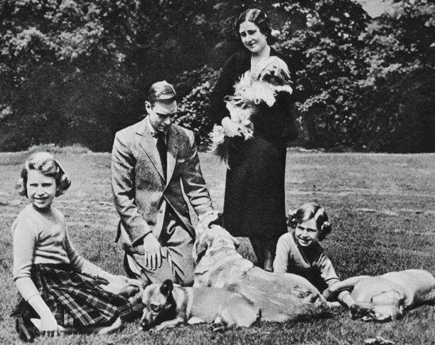 Alun perin kuningatar Viktoria ja prinssi Albert maksoivat Balmoralista 30 000 puntaa eli nykyrahassa noin 4 miljoonaa puntaa.