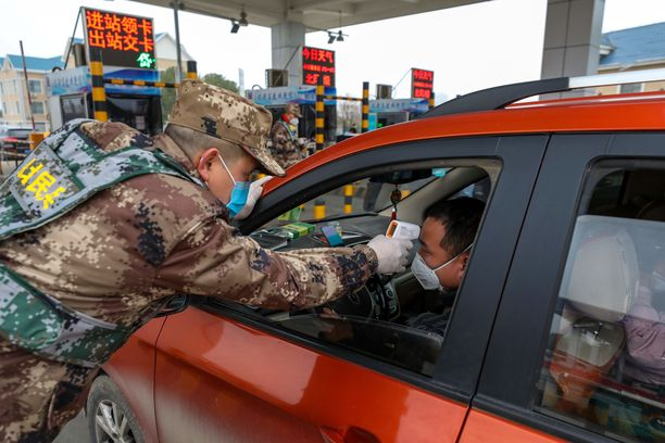 Wuhanista poisajavalta mitataan kuumetta. Wuhan on edelleen suljettuna julkiselta liikenteeltä.