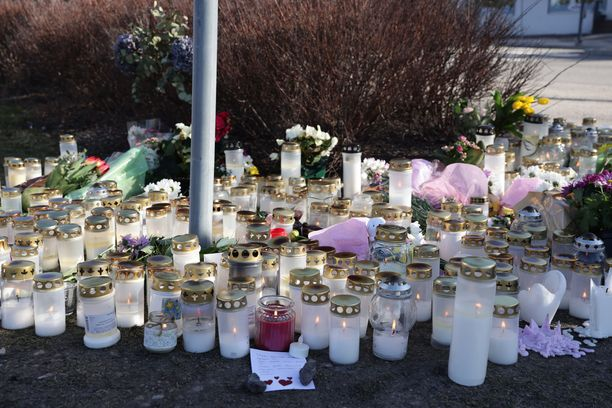Onnettomuuspaikka täyttyi kynttilöistä.