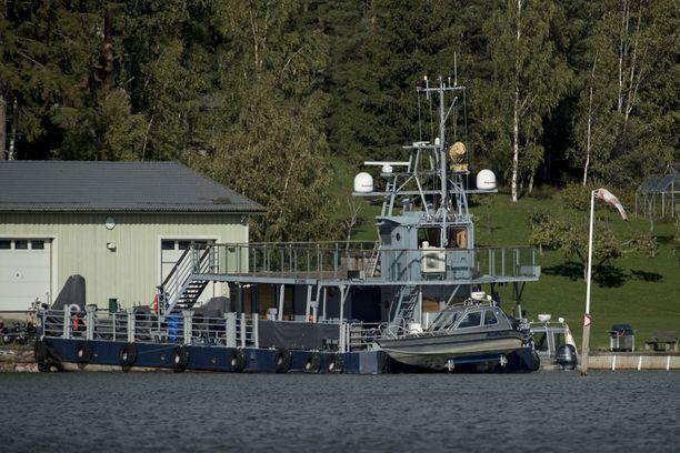 Airiston Helmen Paraisilla Ybbernäsissä omistaman kiinteistön laitureissa oli viime syksynä useita aluksia ja muun muassa puolustusvoimien huutokaupasta ostettu kuljetuslautta.