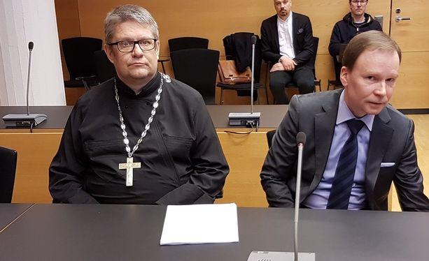 Markku Salminen (vas.) johtaa tuulisen oloista ortodoksikirkkoa.